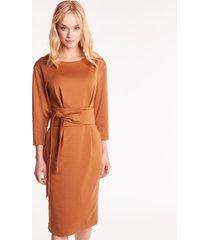 dzianinowa sukienka w kolorze camelowym