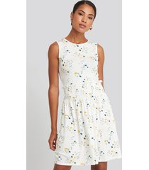 na-kd sleeveless floral print skater dress - white,multicolor