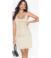 nly trend low back mini dress fodralklänningar