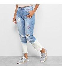 calça jeans boyfriend cantão com bordado e barra estonada feminina
