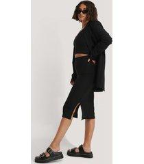 na-kd ribbad kjol med slits - black