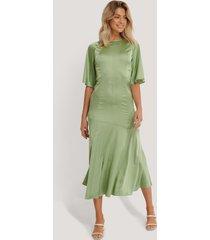glamorous midiklänning i satin - green