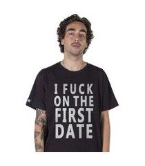 camiseta   stoned i fu** on the first date preta.