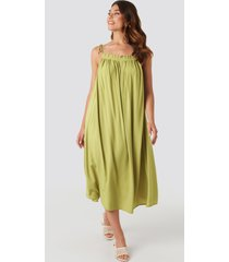 na-kd boho flowing straight neck midi dress - green