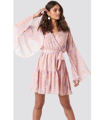 kae sutherland x na-kd wide sleeve mini dress - pink