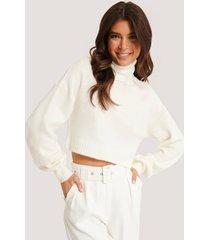 basma & merna x na-kd stickad tröja med nedhasad axel och hög krage - white