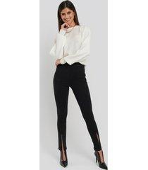na-kd skinny jeans med slits fram och hög midja - black