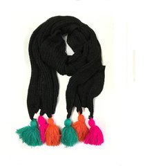 bufanda negra imagen óptica con borlas