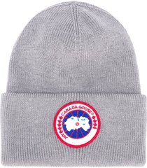 canada goose ribbed-knit logo patch beanie - grey