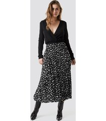 na-kd dot print pleated midi skirt - black