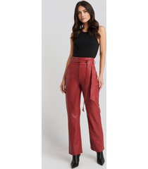 na-kd party faux leather belted straight leg pants - red