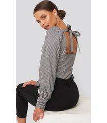 donnaromina x na-kd checked tied back blouse - multicolor