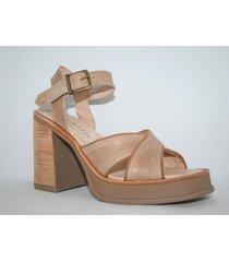sandalia de cuero marrón enygmatis