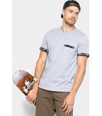 camiseta mood bolso estampado masculina