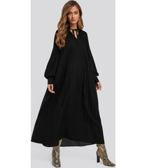 na-kd trend tie neck pleated dress - black