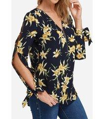 blusa con cuello en v con cremallera y abertura frontal con mangas y flores al azar en negro
