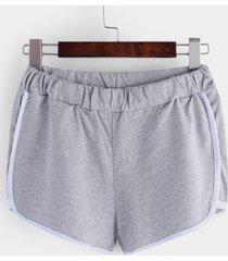 shorts causales grises con cintura elástica y ribete de rayas
