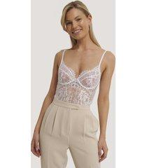 na-kd lingerie bodysuit med v-string, rå kant och spetskupor - white
