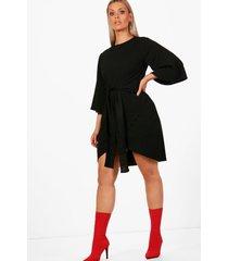 plus wikkel jurk met ceintuur en kimonomouwen, zwart