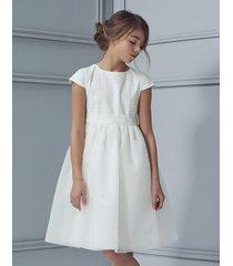 sukienka mlecznobiała z haftowanym materiałem