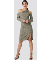 na-kd trend cold shoulder cut out midi dress - green,multicolor