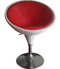 silla para exterior tipo media luna en rattan con base en acero.