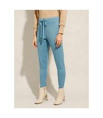 calça carrot de tricô com amarração cintura média azul claro