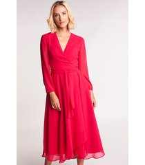 malinowa sukienka midi