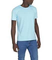 camiseta celeste luck & load cuello redondo con bolsillo