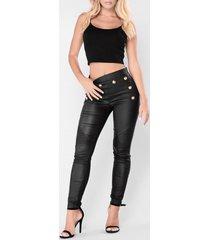 botón negro diseño piel sintética pantalones