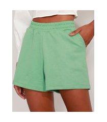 short de moletom básico com pregas e bolsos cintura alta verde claro