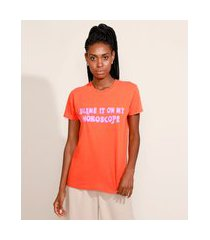 "t-shirt feminina mindset blame it on my horoscope"" manga curta decote redondo laranja"""