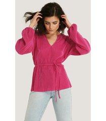 na-kd plisserad blus med v-ringning - pink