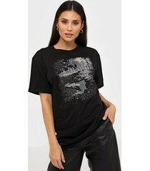 vero moda vmcelina rock s/s t-shirt sb4 t-shirts svart/mönstrad