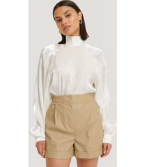na-kd trend pu-shorts - beige