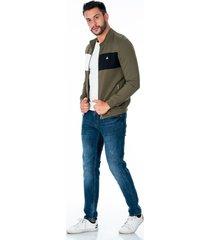 chaqueta verde para hombre con bolsillos laterales con cremallera plateada combinado azul ygris