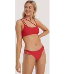 na-kd swimwear bikinitrosa med asymmetriska band - red