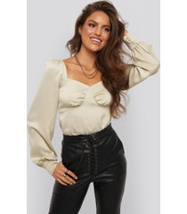 xle the label jaqueline puff sleeve blouse - beige