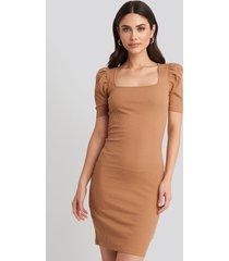na-kd ribbed puff sleeve dress - brown