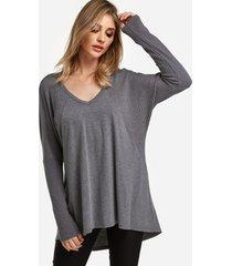 camiseta de punto gris con cuello de pico y mangas de murciélago