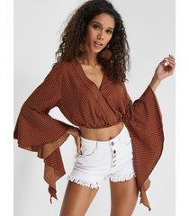 blusa recortada con mangas acampanadas y cuello en v de lunares burdeos