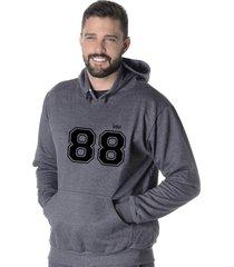 moletom blusão flanelado suffix fechado liso com capuz bolso canguru cinza escuro chumbo estampa 88