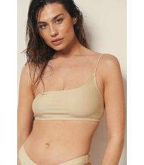 josefine hj x na-kd recycled bikinitopp med en axel - beige