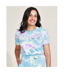 t-shirt feminina mindset estampada tie dye com bordado manga curta decote redondo azul claro