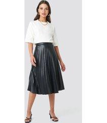na-kd trend faux leather pleated midi skirt - black