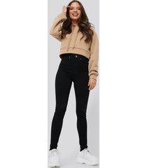 nicci hernestig x na-kd slim ripped jeans - black