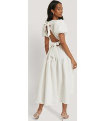 na-kd boho tie back flower structured dress - white