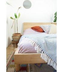 dębowe łożko z profilowanym zagłówkiem.