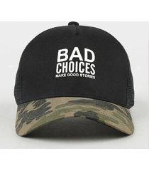 "boné masculino aba curva ""bad choices"" com estampa camuflada e tela preto"