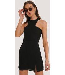 na-kd kort kjol med slits - black
